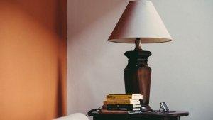 foto van een houten lamp